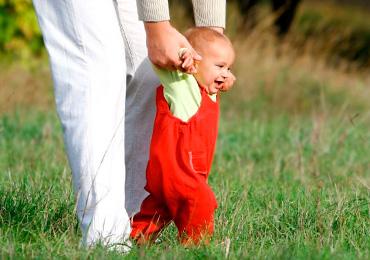 Как научить малыша делать первые шаги
