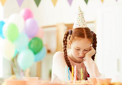 грустная девочка одна на своем дне рождения