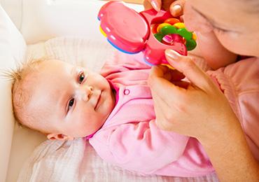Подбираем правильные игрушки малышу до 1 года