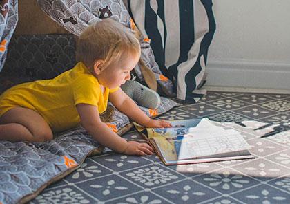Ребенок читает книгу когда начинать?